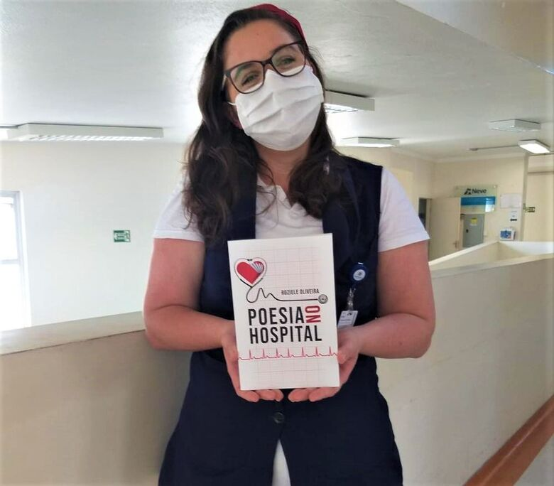 Roziele lançou o livro para homenagear todos os pacientes que receberam seus cuidados e seus poemas - Crédito: Divulgação