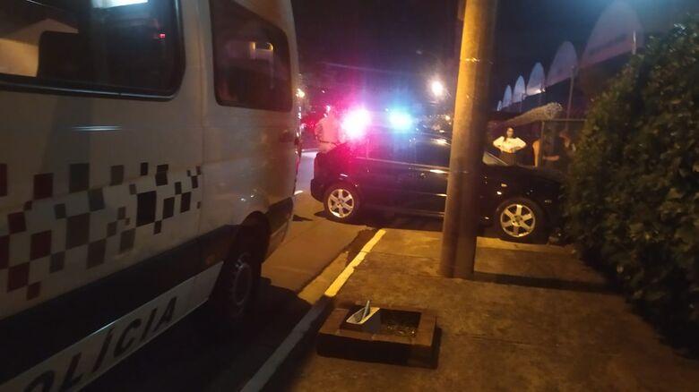 Homem fica ferido após bater carro em portão na Miguel Petroni - Crédito: Maycon Maximino