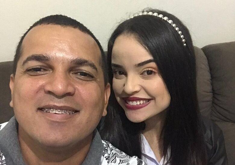 """Roni e Thainá em selfie feita na passagem de ano: """"Ele se foi. E levou um pedaço de mim. Descanse em paz meu eterno amado pai"""" - Crédito: Divulgação"""
