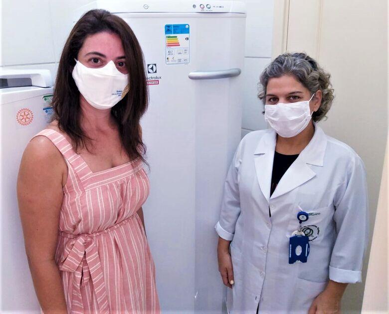 A Presidente do Rotary Clube São Carlos Norte, Sabrina Soares de Proença Vieira, juntamente com a enfermeira do Banco de Leite, Karine Silva, na entrega do novo freezer - Crédito: Divulgação