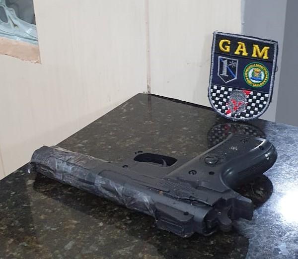 A pistola falsa foi recuperada pela GM e apreendida no plantão policial - Crédito: Divulgação