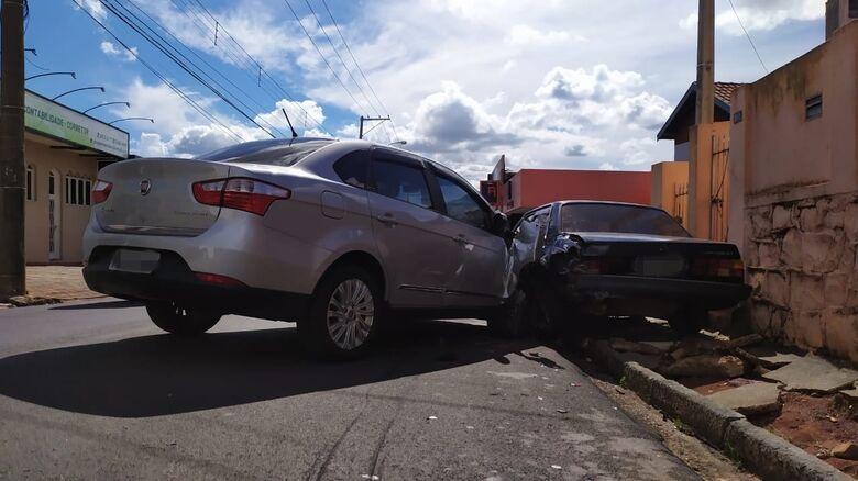Veículos tiveram danos de considerável monta - Crédito: Maycon Maximino