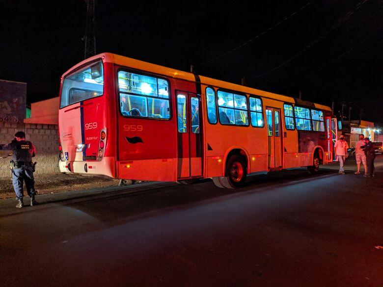 Ônibus envolvido no acidente. Coletivo transitava pela preferencial. - Crédito: Maycon Maximino