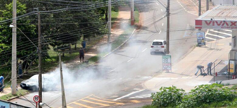 Principio de incêndio atingiu veículo na região do SESC - Crédito: Mariana Ferrari Rebello/Whatsapp SCA - 99963-6036