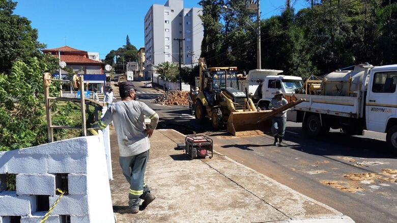 Serviços Públicos inicia trabalho de recuperação da ponte no parque Arnold Schimidt - Crédito: divulgação