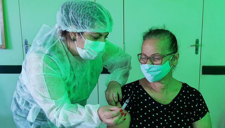 Covid-19- Idosos de 70 a 79 anos começam a receber a terceira dose da vacina nesta terça-feira (28) em Ibaté - Crédito: divulgação
