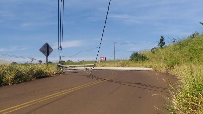 Postes são derrubados após colisão - Crédito: Maycon Maximino