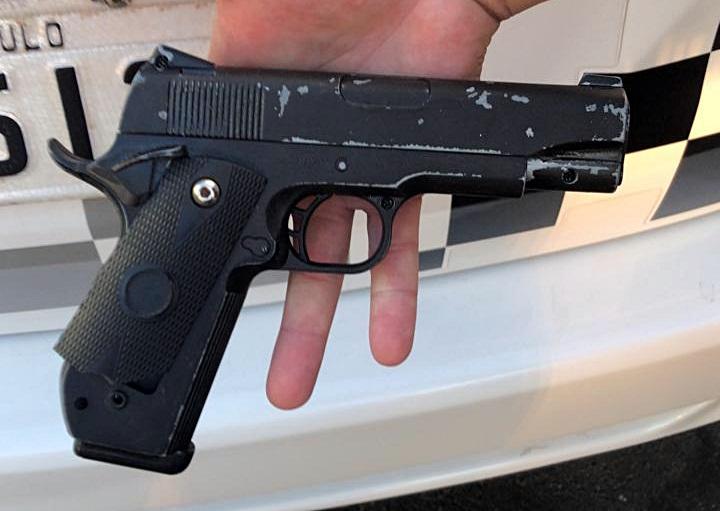 Réplica de pistola que foi apreendida com o adolescente. - Crédito: Maycon Maximino