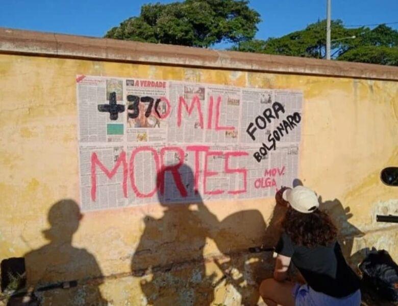 Estudantes são surpreendidos colando cartazes no muro do cemitério Nossa Senhora do Carmo - Crédito: divulgação/GCM