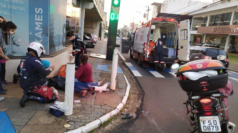 Motociclista sofre fratura exposta após colisão no Centro - Crédito: Maycon Maximino