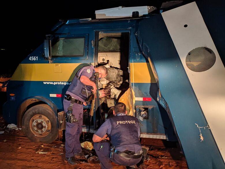 Carro forte foi explodido por criminosos - Crédito: Maycon Maximino