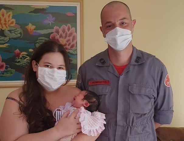 Mãe pede ajuda em quartel e bebê engasgada é salva por bombeiros - Crédito: divulgação