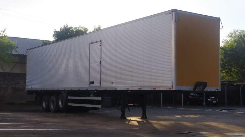 Carreta, com irregularidades, foi rebocada: veículo pode estar envolvido em um furto - Crédito: Maycon Maximino