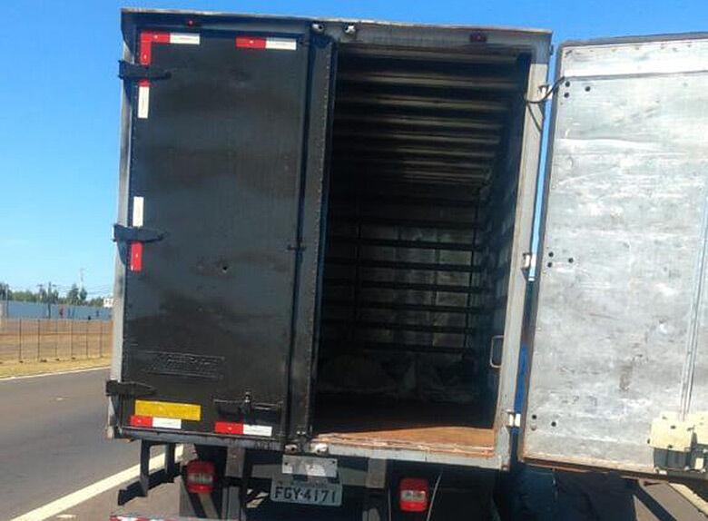 Caminhão baú que foi abordado pela Polícia Rodoviária em Ibaté - Crédito: Colaborador SCA
