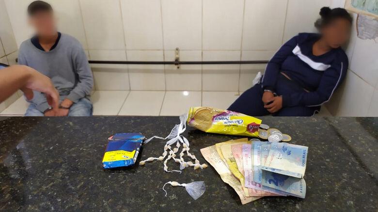 A droga que foi apreendida pela PM: ao fundo, o casal suspeito - Crédito: Maycon Maximino