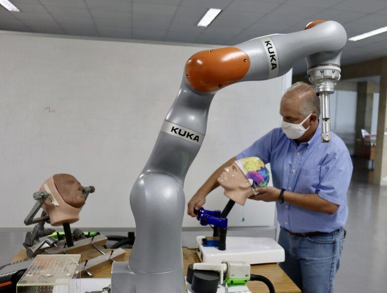 """""""Robô-neurocirurgião'' está sendo construído e testado dentro de um dos hangares do Departamento de Engenharia Aeronáutica da EESC - Crédito: Assessoria de Comunicação da EESC/USP"""