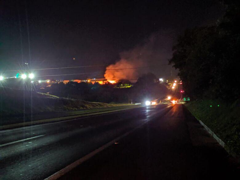 Da rodovia Washington Luís dava para ver as labaredas causadas pelo fogo em um monte de entulho - Crédito: Maycon Maximino
