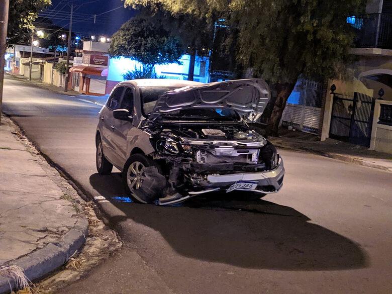 Frente do carro ficou destruída após o forte impacto causado pela colisão - Crédito: Maycon Maximino