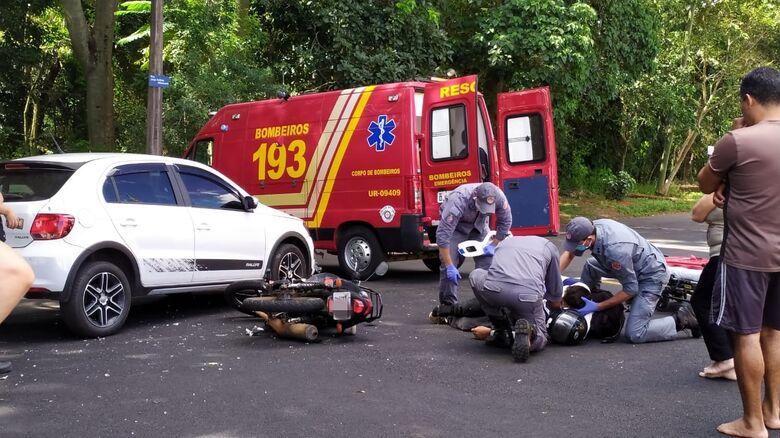 Motociclista é socorrido pelos bombeiros da UR: com escoriações, encaminhado à Santa Casa - Crédito: Maycon Maximino