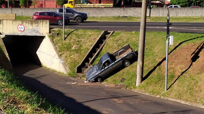 Picape despencou em barranco após freio falhar - Crédito: Maycon Maximino