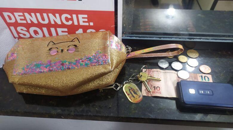 A bolsa furtada da aposentada foi recuperada pela PM - Crédito: Maycon Maximino