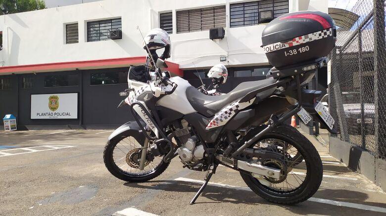 PMS da Rádio Patrulha de Moto detiveram o acusado - Crédito: Maycon Maximino