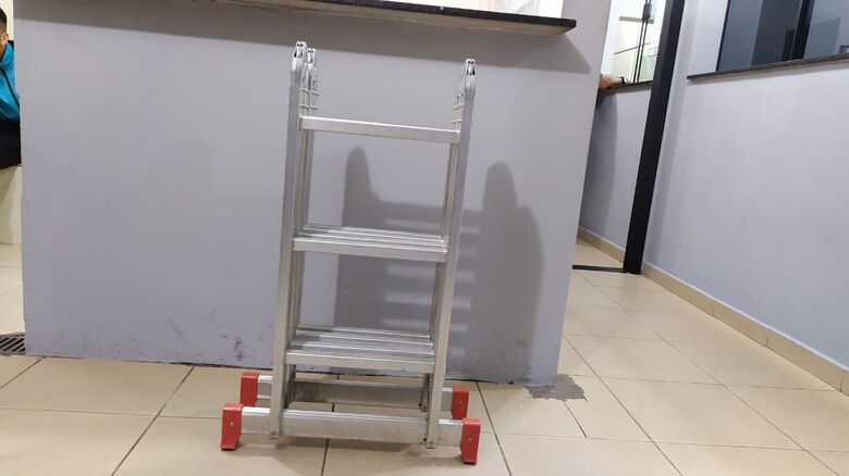 Ladrão foi pego no 'flagra' com uma escada de alumínio furtada - Crédito: Maycon Maximino