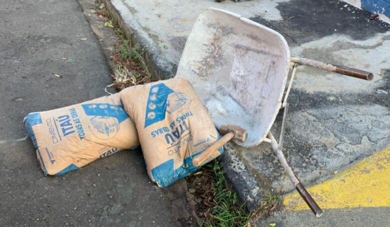 A carriola, a marreta e os sacos de cimento foram devolvidos - Crédito: Maycon Maximino