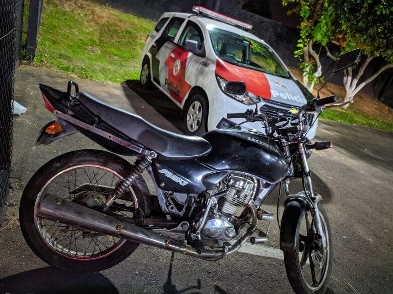 Motociclista é detido após fugir da polícia e resistir a prisão - Crédito: Maycon Maximino