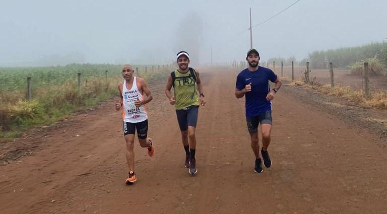 Atletas durante o percurso: determinação e fé - Crédito: Divulgação