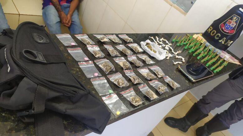 A droga e o dinheiro apreendidos com os menores - Crédito: Maycon Maximino