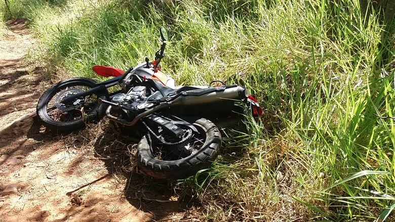 Moto estava abandonada próximo a um ponte na serrinha do Aracy - Crédito: Maycon Maximino
