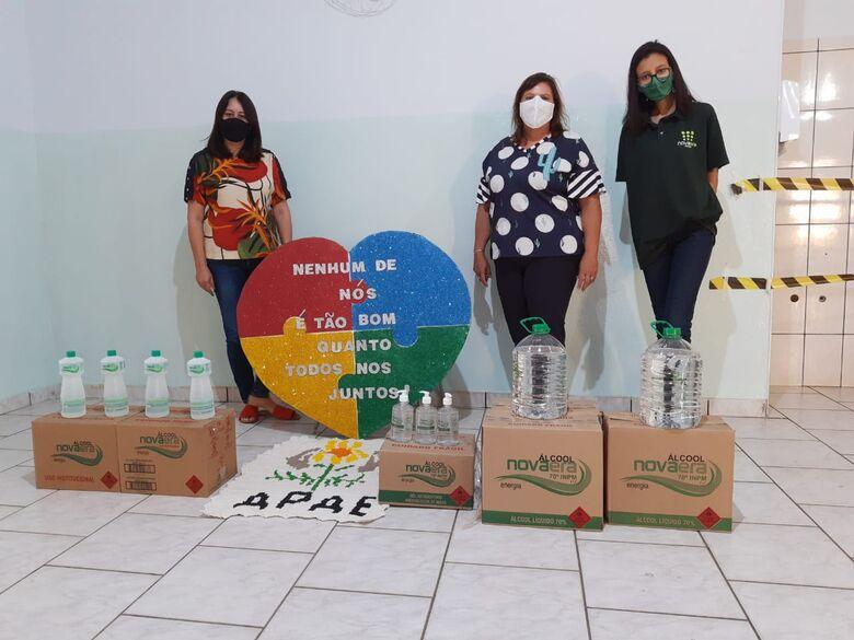 Momento em que representantes da destilaria realizavam a entrega do álcool à Apae - Crédito: Divulgação