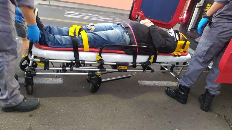 Momento em que vítima era atendida pelo Corpo de Bombeiros - Crédito: Maycon Maximino