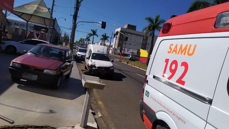 Motorista do Strada acertou a traseira de um Uno estacionado - Crédito: Maycon Maximino
