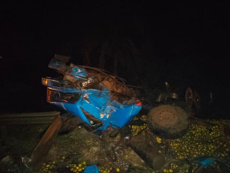 Caminhão tombou após a colisão na Anhanguera: carga de laranjas espalhou na pista - Crédito: Repórter Beto Ribeiro