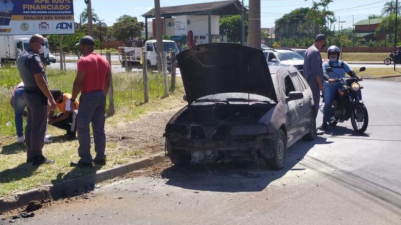 Fogo destruiu motor de veículo - Crédito: Maycon Maximino