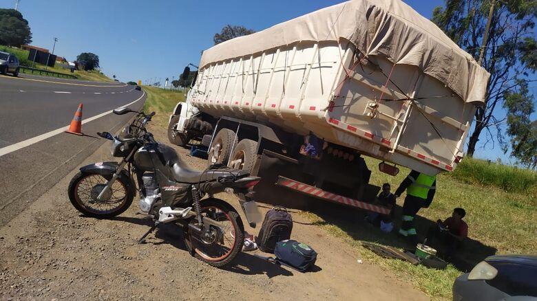 Pneu furado da moto causou acidente na SP-215 - Crédito: Maycon Maximino
