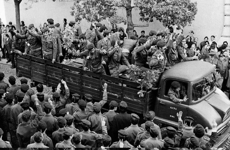 """""""Revolução de 25 de Abril"""", também conhecida como """"Revolução dos Cravos"""" ou """"Revolução de Abril"""", foi protagonizada por um movimento militar - Crédito: Divulgação"""