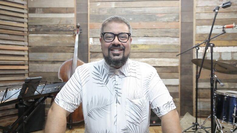 O compositor e instrumentista em gravação do novo trabalho - Crédito: Thiago Carreri/Psiu Studio