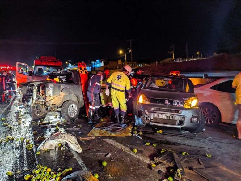 Grave acidente envolve 9 veículos na Washington Luis, em São Carlos; veja fotos - Crédito: Maycon Maximino