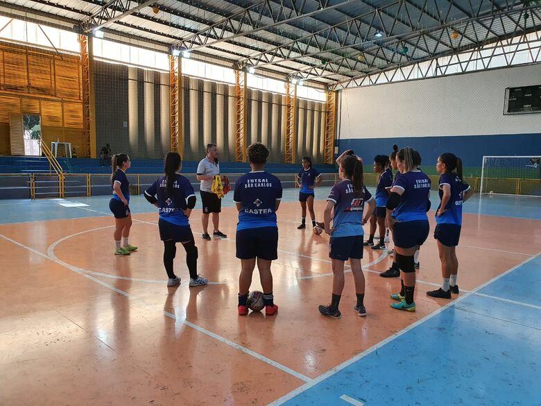 Sob rígido protocolo de segurança, meninas do futsal retornaram às atividades presenciais - Crédito: Divulgação