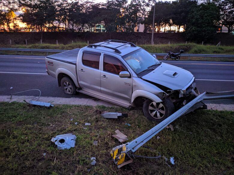 Motorista perde o controle e picape bate em guard-rail na SP-318 - Crédito: Maycon Maximino