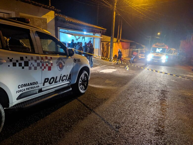 Dupla em moto efetua vários disparos contra atendente no Douradinho - Crédito: Maycon Maximino