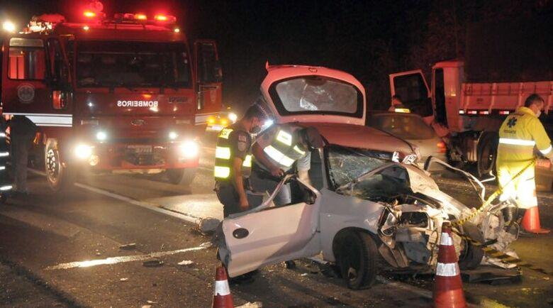 Carro bateu de frente com caminhão - Crédito: Foto: Mateus Medeiros/Gazeta de Piracicaba