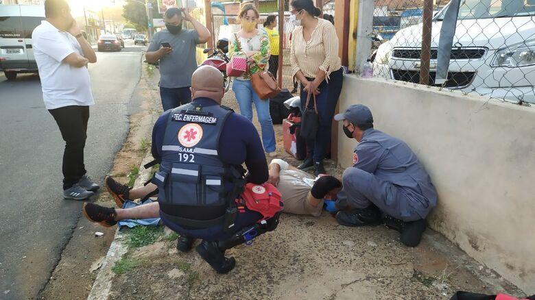 Vítima sendo socorrida - Crédito: Maycon Maximino