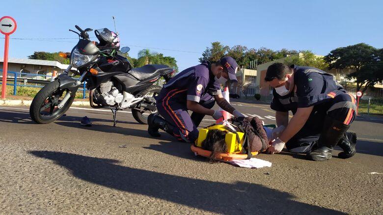 Motociclista fica ferida após acidente na frente do Fórum Cível - Crédito: Maycon Maximino