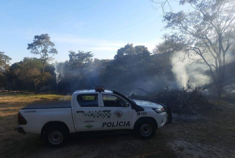 Homem é multado por promover queimada na área rural de São Carlos - Crédito: divulgação