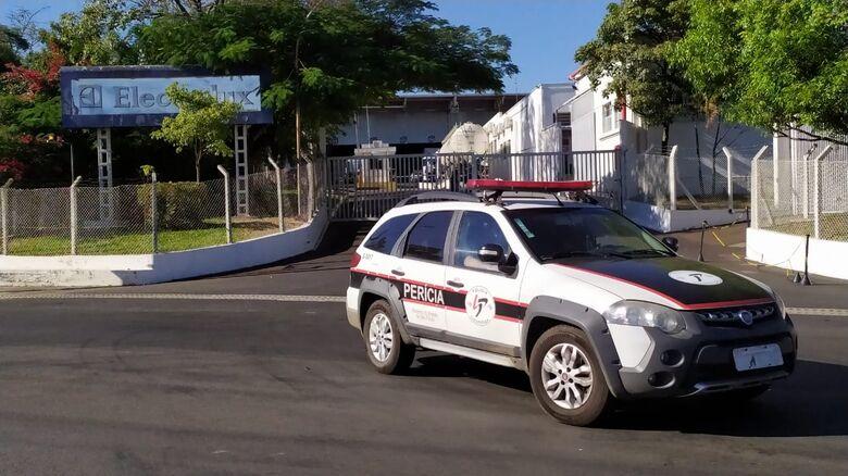Viatura da Polícia Cientifica deixa a empresa onde ocorreu o acidente - Crédito: Maycon Maximino