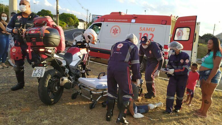 Motociclista sofre vários ferimentos após sofrer queda em rotatória - Crédito: Maycon Maximino